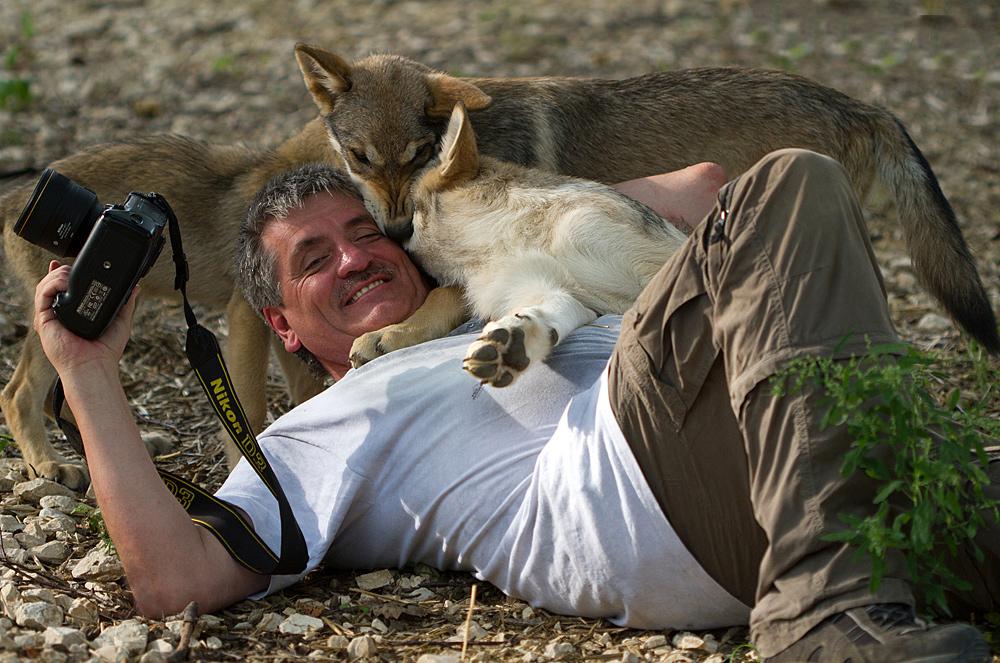 Walter Vorbeck mit Wolfswelpen